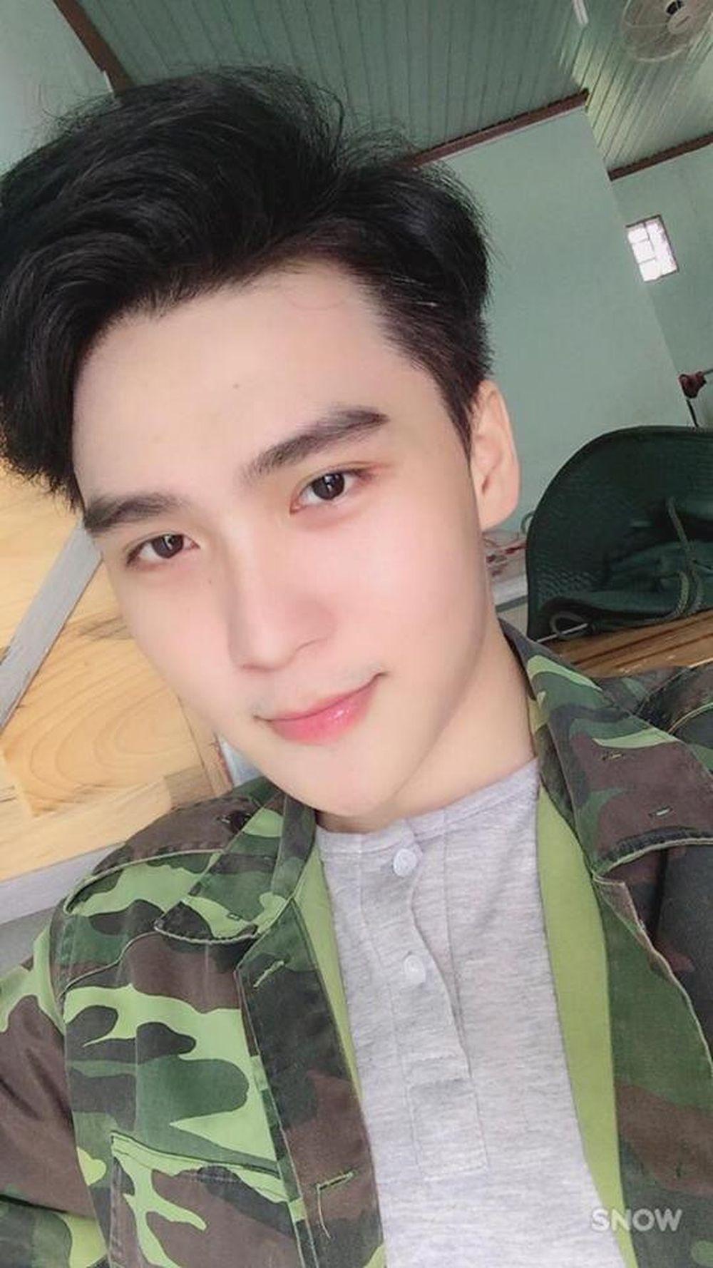 Chàng hot boy ảnh thẻ mới nổi trong cộng đồng mạng có tên đầy đủ là Nguyễn Trí Tâm hiện đang sinh sống và làm việc tại TP HCM.