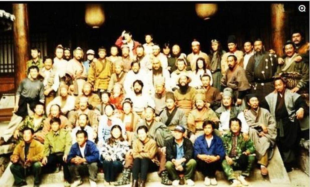 Bức ảnh hiếm hoi chụp cả dàn diễn viên và nhân viên đoàn làm phim. Có thể  nhận ra rất nhiều gương mặt quen thuộc trong số 108 anh hùng Lương Sơn Bạc  ...