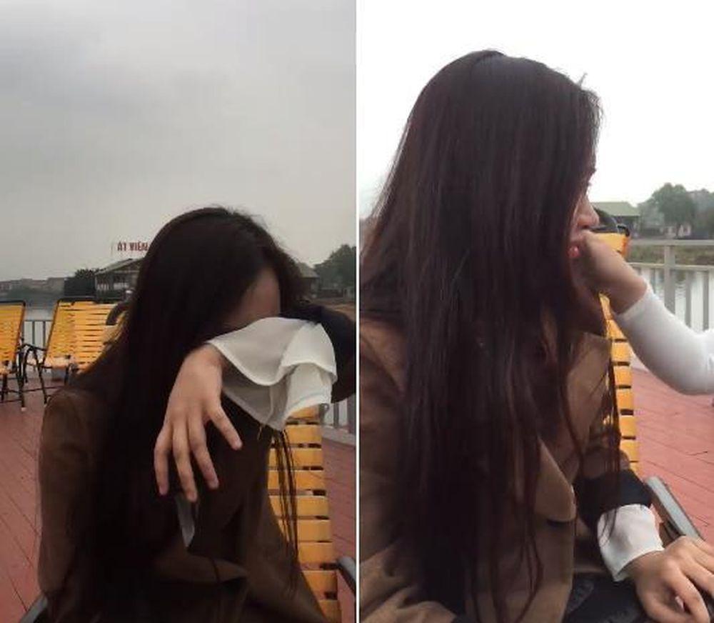 Hình ảnh cô gái khóc lóc khi nghe tin bạn thân đi lấy chồng (cắt từ clip)