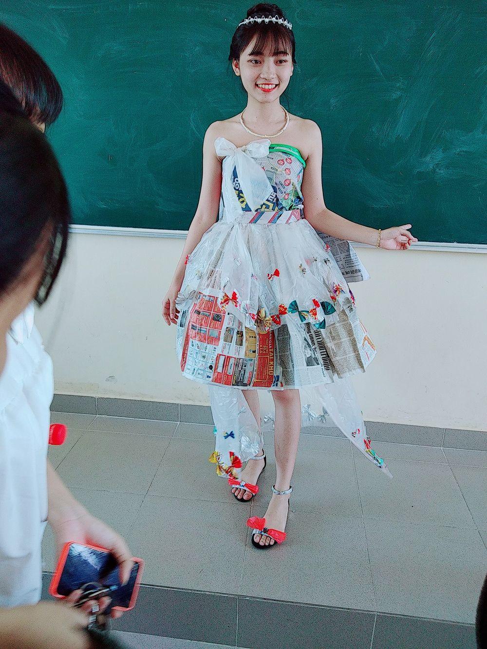 Dưới đây là một số hình ảnh của các bạn học sinh trong những bộ trang phục tái  chế độc đáo.