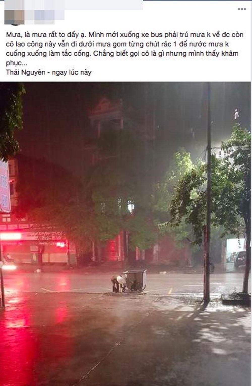 ... cặm cụi nhặt rác cạnh ống cống dưới trời mưa lớn khiến nhiều người xúc động. Được biết hình ảnh được tài khoản L.B ghi lại lúc đang trú mưa ở gần đó.