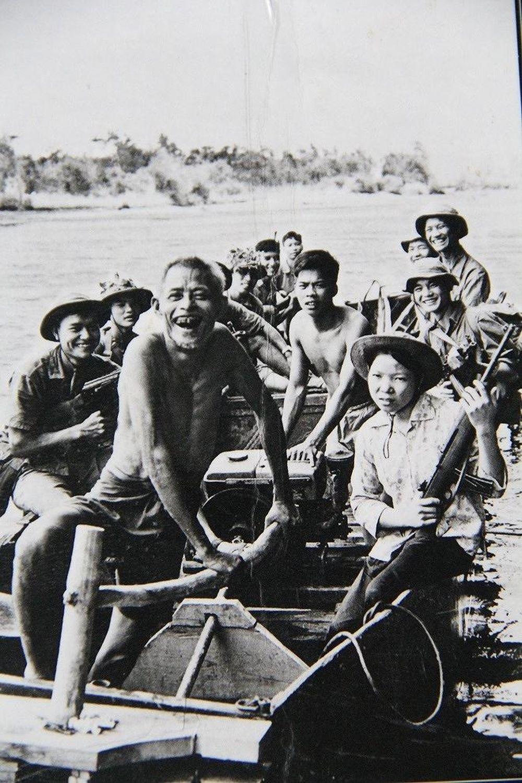 Bức Ảnh Cha Con Lão Ngư Dân Nguyễn Con Chèo Đò Chở Bộ Đội Qua Sông Do Nhà  Báo Đoàn Công Tính Chụp Năm 1972.
