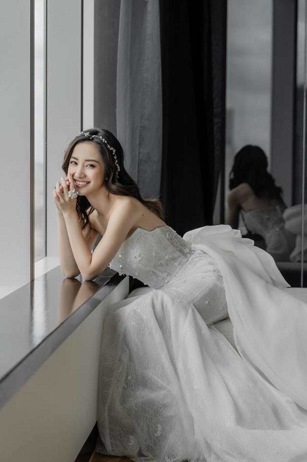Jun Vũ ghi điểm với nụ cười tỏa nắng rạng rỡ. Gợi cảm trong chiếc váy cưới dáng đuôi cá cúp ngực được điểm điểm xuyến bằng chiếc nơ to bản.