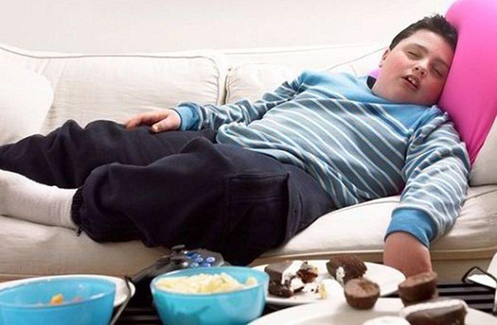 Image result for trẻ em béo phì coi điện thoại nhiều