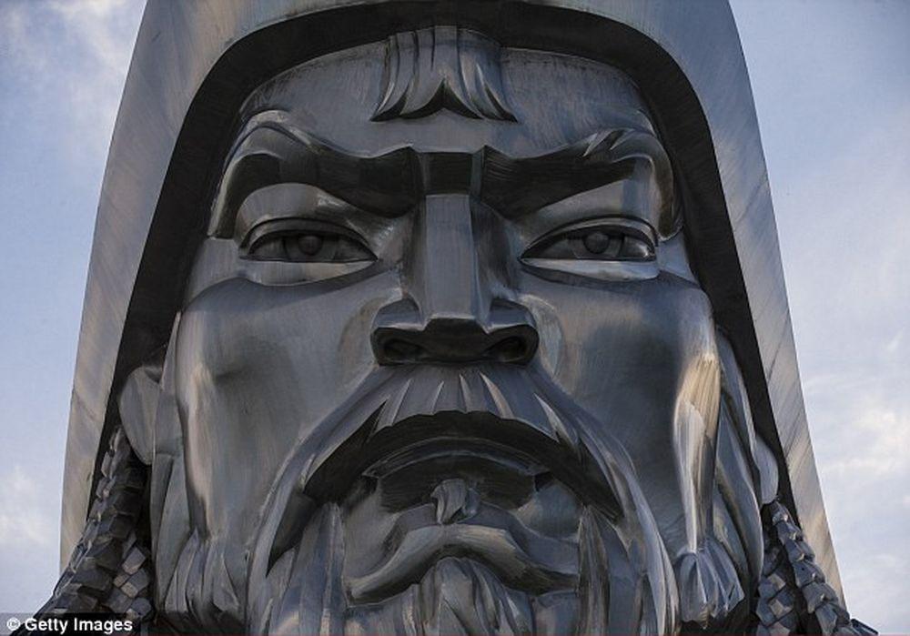 Bao quanh bức tượng Thành Cát Tư Hãn khổng lồ là 36 cột trụ biểu tượng cho  36 vị hoàng đế Mông Cổ khác kế tục sự nghiệp của nhà cầm quân lỗi lạc này.