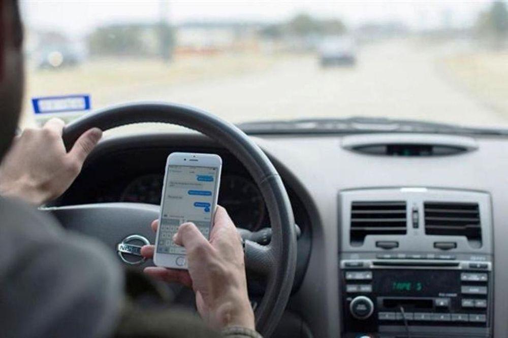 Kết quả hình ảnh cho dùng điện thoại khi lái xe