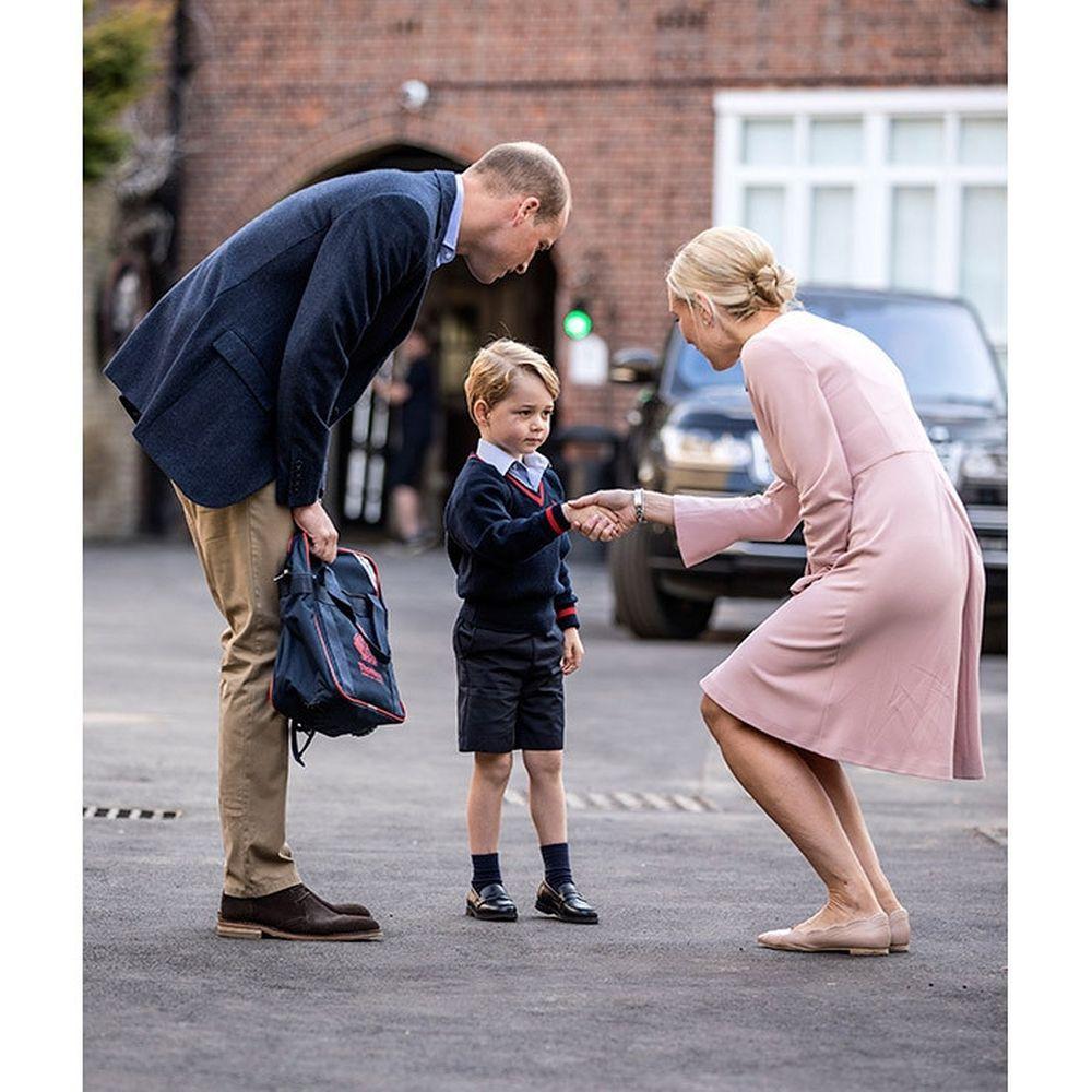 Công chúa Thụy Điển Estelle hào hứng khi được cha mẹ đưa đến trường ngày 21/8/2018.
