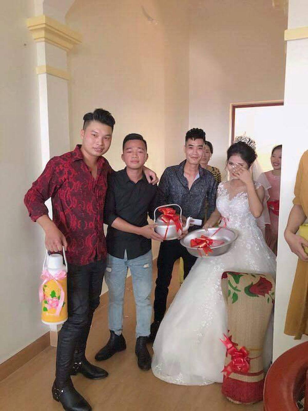 Cô dâu cũng phải xúc động trước món quà cưới cực độc của hội bạn thân. Ảnh: Beat