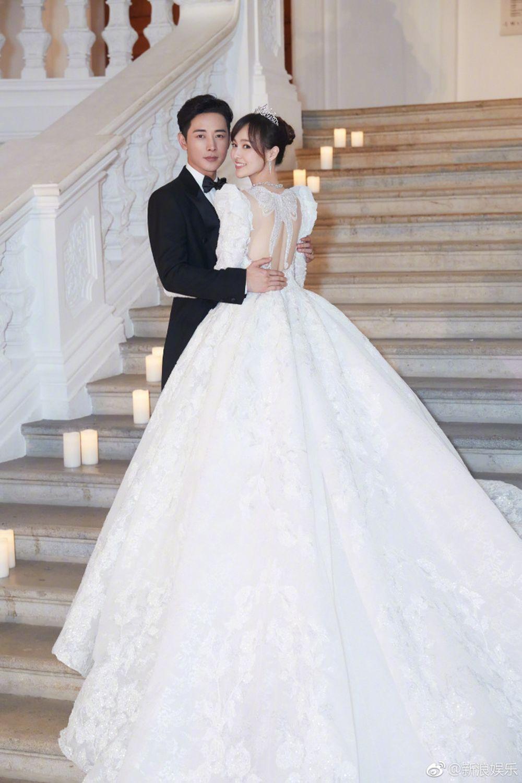 ... của người Trung Quốc. Bức ảnh cưới đẹp như mơ, cứ ngỡ như hoàng tử và nàng công chúa bước ra từ những câu chuyện cổ tích.