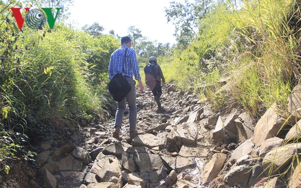 Đường độc đạo lên xuống núi Cheng Leng, nơi Phạm Ngọc Tân thu phí đường của  dân nghèo.