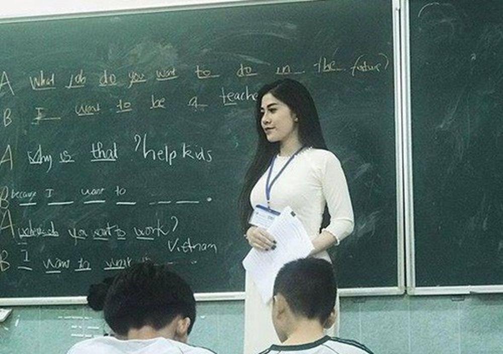 Cô Giáo Trẻ Này Gây Chú Ý Nhờ Hình Ảnh Đứng Lớp Rất Đẹp. Trong Ảnh, Cô Giáo  Nhàn Mặc Áo Dài Trắng Đang Giảng Bài Cho Học Trò.