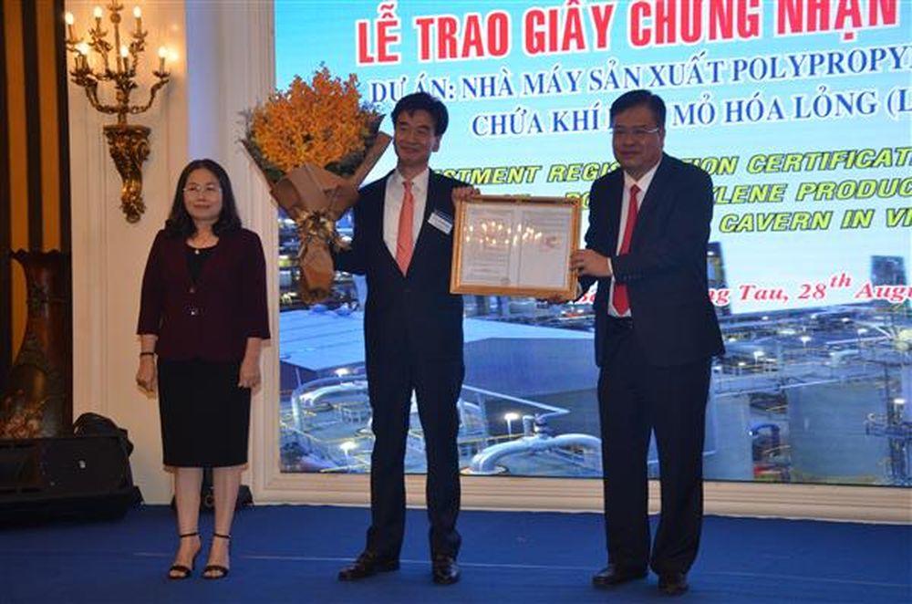 Lãnh đạo UBND tỉnh BR-VT trao giấy chứng nhận đầu tư cho Tập đoàn Hyosung (Hàn Quốc).