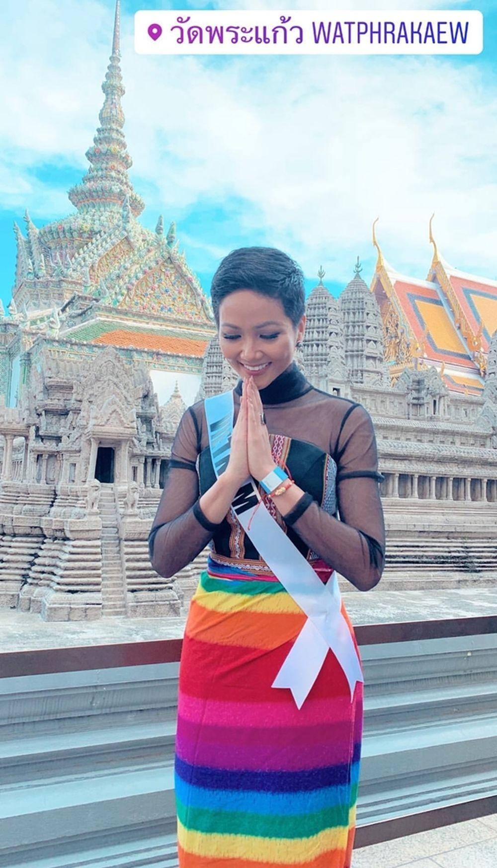 Sáng nay (4/12), \u201ccô Hen\u201d một lần nữa ghi điểm khi ở khâu chọn trang phục cho hoạt động ngoài trời của Miss Universe. Đại diện Việt Nam diện chiếc váy quây ...