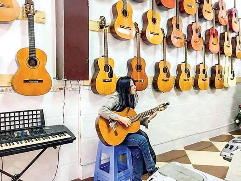 Hãy làm quen và kết thân với nhân viên bán hàng để mua được guitar giá rẻ
