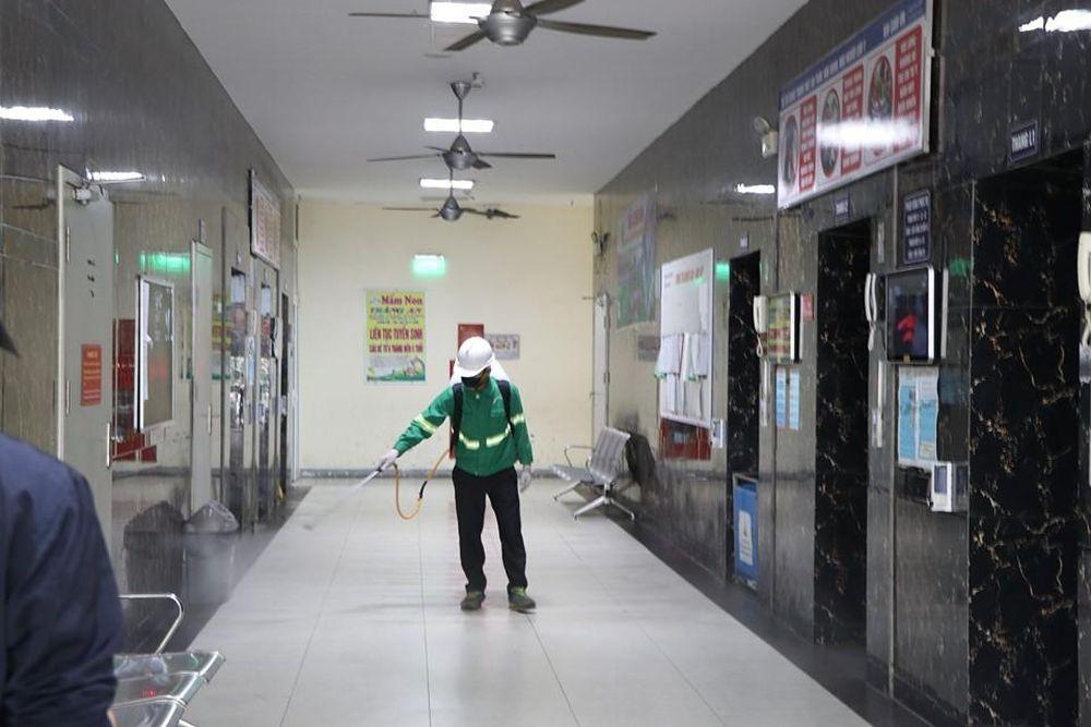 Khu chung cư vạn dân Linh Đàm phun khử trùng toàn bộ 12 tòa nhà ...