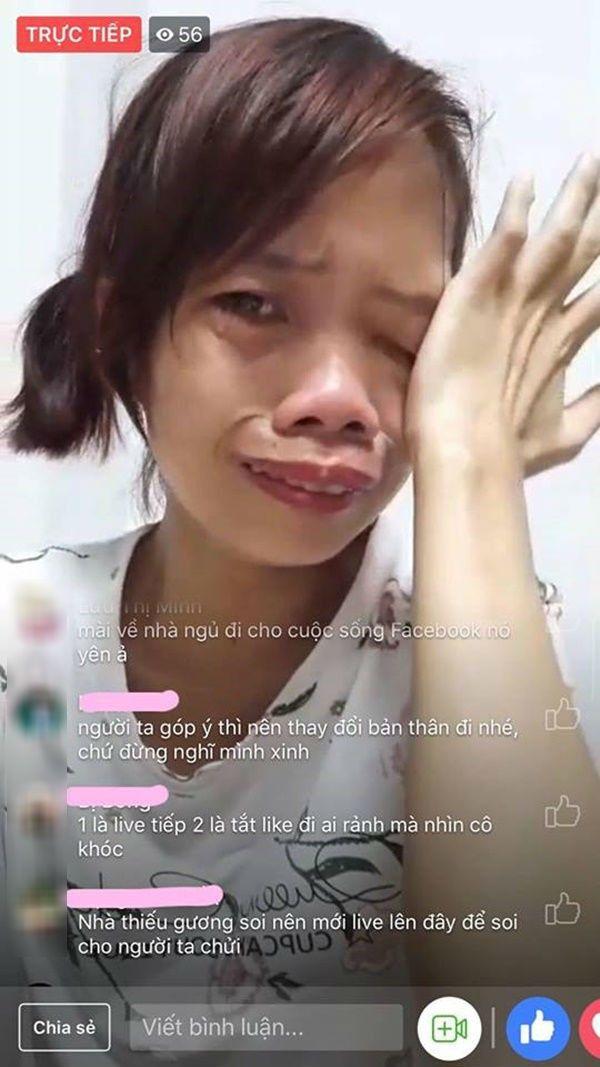 Phạm Duyên vừa livestream vừa khóc vì bị chửi là xấu xúc phạm người nhìn.