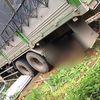 Lào Cai: Xe tải húc đổ cổng nhà dân, hai vợ chồng ở trong sân tử vong