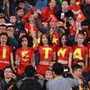 Chung kết AFF Cup: Fan nữ đẹp mê hôn làm Mỹ Đình nóng nôn nao