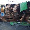 Đắk Lắk: Va chạm giao thông với xe chở gỗ, ô tô 9 chỗ bị đè bẹp