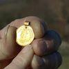 Ngỡ ngàng khi nhặt được mặt dây chuyền vàng 1.500 tuổi trên cánh đồng