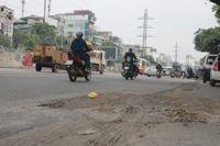 Hà Nội: Mặt đường nham nhở, xuất hiện nhiều hố sụt lún gây nguy hiểm