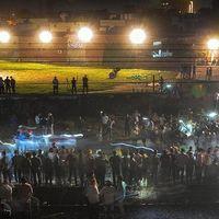 Thi thể la liệt sau vụ tàu hỏa cán qua đám đông ở Ấn Độ