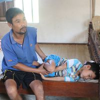 Nước mắt người phụ nữ nghèo tuyệt vọng nhìn chồng con đau đớn trong bệnh tật