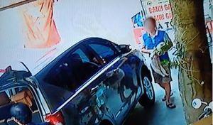 Clip: Lái ô tô vào mua bánh gai, tiện tay trộm luôn chó của chủ quán