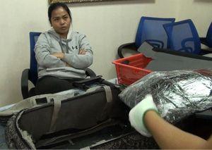 Cô gái trẻ khai mang hộ bạn trai 4 kg cocain về Tân Sơn Nhất