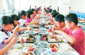 Băn khoăn bữa ăn trường học