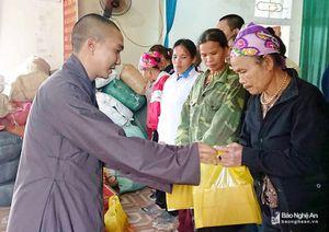 Chùa Phổ Môn trao quà cho người dân nghèo và học sinh vượt khó học giỏi