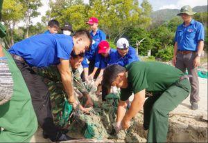 Đoàn viên, thanh niên chung tay làm sạch môi trường biển