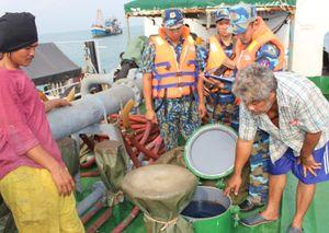 Tàu Campuchia chở trái phép 200.000 lít dầu trên biển Tây Nam