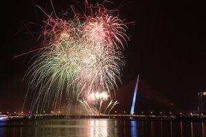 Màn pháo hoa rực rỡ chào năm mới ở Đà Nẵng