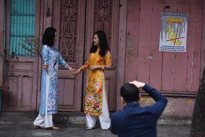 Hà Nội thanh vắng ngày mùng 1 Tết, giới trẻ selfie giữa đường