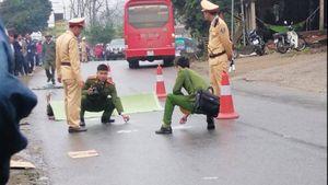 Người đàn ông tử vong thương tâm dưới mưa sau va chạm với xe khách
