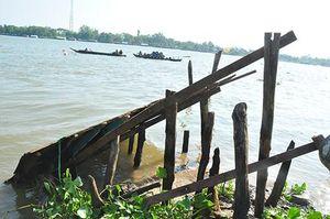 Hơn 50 người hỗ trợ dời nhà dân sau khi bờ sông Hậu sạt lở liên tiếp