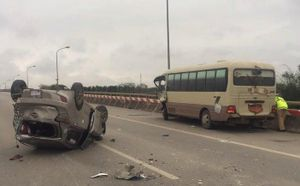 Ô tô khách đâm lật xe taxi, 5 người bị thương