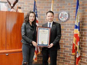 Ngô Thanh Vân nhận bằng khen thưởng của thị trưởng thành phố Westminster