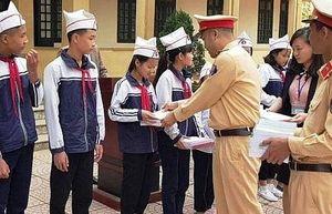 Đội CSGT số 11 trao quà và học bổng cho các em học sinh nghèo vượt khó