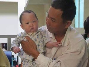 Tấm lòng thơm thảo của cặp vợ chồng già đi tìm sự sống cho người con nuôi bị dị tật