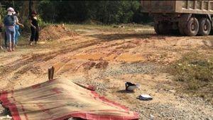 Xe ben đâm, kéo lê xe máy vào gầm khiến 2 người tử vong thương tâm
