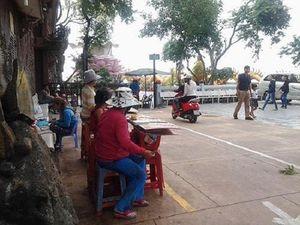 Mưu sinh Sài thành: Cảm động những phận đời bán vé số nương tựa nhau nơi cửa chùa
