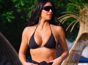 Kim Kardashian diện áo tắm khoe thân hình đồng hồ cát trên biển