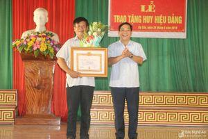 Trao Huy hiệu Đảng cho các đảng viên ở Quỳnh Lưu, Tân Kỳ