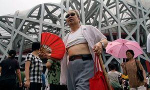 Trung Quốc phạt nặng đàn ông 'vén áo phơi bụng' giữa phố, dân tranh cãi kịch liệt