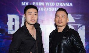 Akira Phan xuất hiện với vẻ ngoài lạ lẫm, đến chúc mừng bạn cũ ra mắt phim