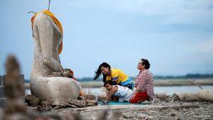 Đập nước Thái Lan cạn trơ đáy làm lộ ra tượng Phật không đầu