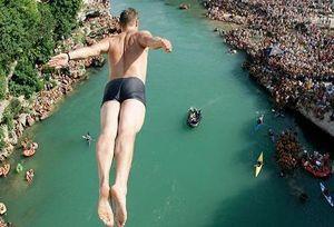Kỳ lạ cuộc thi nhảy cầu từ độ cao 24 m