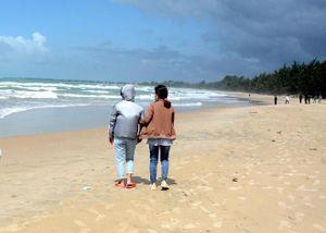 Vụ 4 người đuối nước ở Bình Thuận: Vợ thoát nạn xin xuất viện, ra biển ngóng tin chồng mất tích